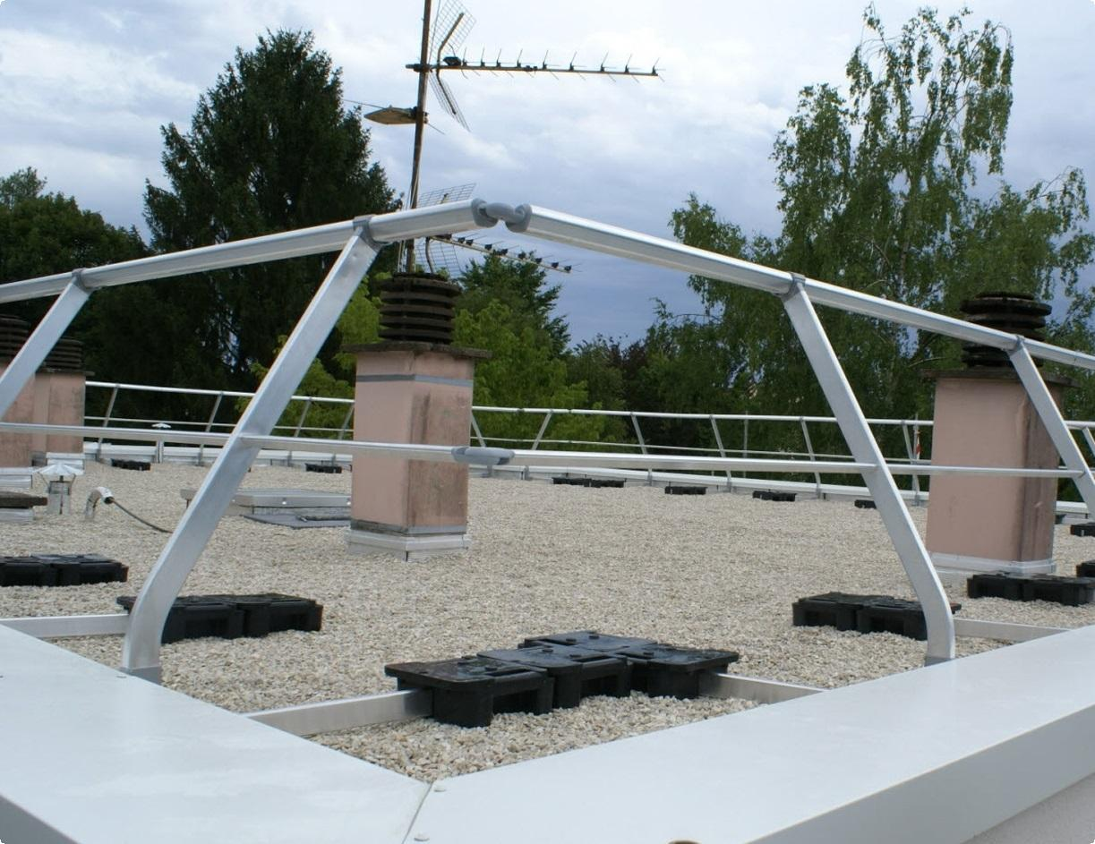 le-maitre-d-oeuvre-julien-bride-du-cabinet-gest-energie-sur-le-toit-terrasse-acheve-au-niveau-des-logements-1437935222.jpg